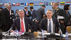 Премьер-министр Черногории Мило Джуканович и генсек НАТО Йенс Столтенберг во время церемонии подписания протокола о вступлении Черногории в НАТО. Архивное фото