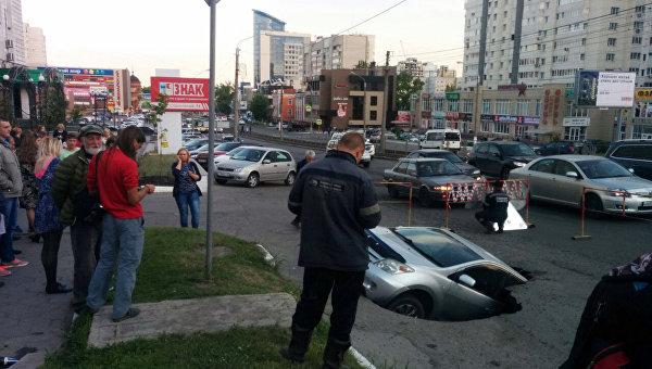 Автомобиль провалился под асфальт в центре Барнаула