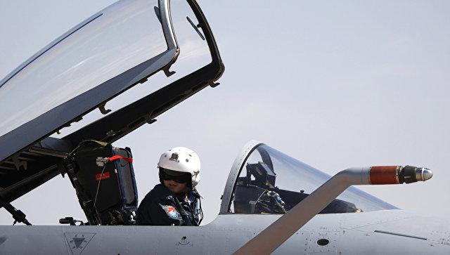 Пилот китайских ВВС в кабине истребителя. Архивное фото