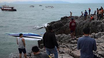 На месте крушения быстроходного катера у берегов острова Самуи в Тайланде