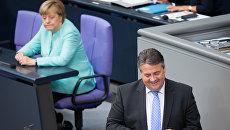 Министр экономики и вице-канцлер Германии Зигмар Габриэль и канцлер Ангела Меркель. Архивное фото