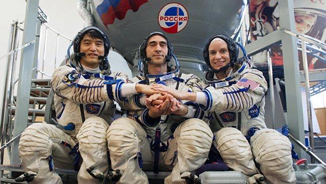 Члены основного экипажа МКС-48/49 астронавт ДжАКСА Ониши Такуя, космонавт Роскосмоса Анатолий Иванишин и астронавт НАСА Кэтлин Рубинс. 27 мая 2016 год