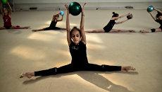 Тренировка по гимнастике в школе олимпийского резерва в Москве