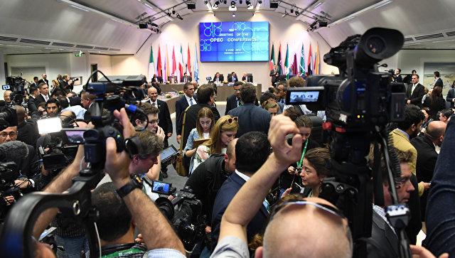 Нефть снижается вцене накануне встречи комитета ОПЕК