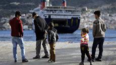 Мигранты во временном центре размещения на острове Самос, Греция. Архивное фото
