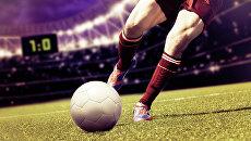 Игра в футбол. Архивное фото