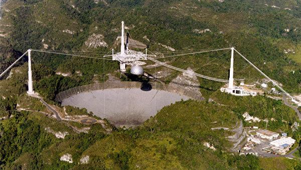 Антенна радиотелескопа Аресибо в кратере потухшего вулкана