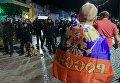 Полицейские стоят в оцеплении во время беспорядков после окончания матча между сборными командами Англии и России в Марселе