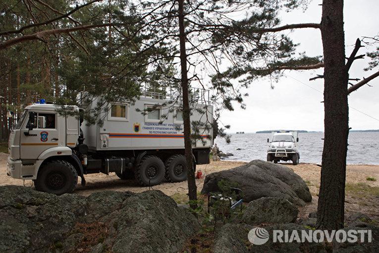 Автомобиль МЧС РФ на месте проведения поисково-спасательной операции в районе озера Сямозеро в Карелии