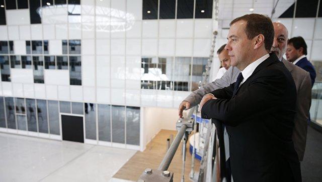 Председатель правительства РФ Дмитрий Медведев во время посещения инновационного центра Сколково