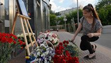 Жители Москвы несут цветы и игрушки в память о погибших детях. Архивное фото