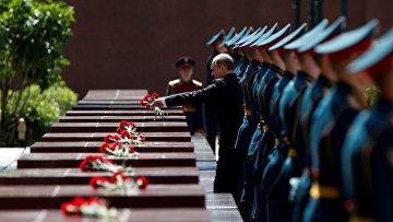 Президент России Владимир Путин на церемонии возложения цветов в Александровском саду, посвященной 75-й годовщине начала Великой Отечественной войны. 22 июня 2016