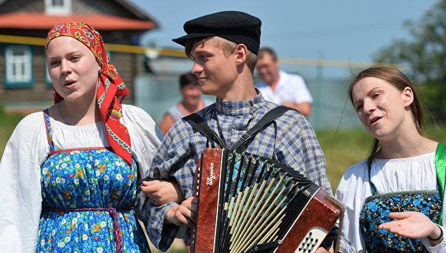 Участники фольклорного коллектива во время обрядового хоровода, архивное фото