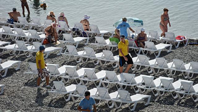 Работники Приморского пляжа в Ялте расставляют лежаки для отдыхающих. Архивное фото