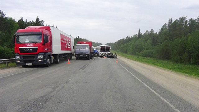 На месте ДТП с участием четырех машин в Свердловской области. 23 июня 2016