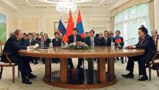 Президент РФ Владимир Путин, председатель КНР Си Цзиньпин и президент Республики Монголия Цахиагийн Элбэгдорж (слева направо) во время встречи в Ташкенте
