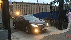 Машина без эмблемы выехала из здания СК, куда ранее был доставлен губернатор Белых