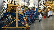В цехе сборки ракет-носителей Протон в центре имени М.В. Хруничева. Архивное фото
