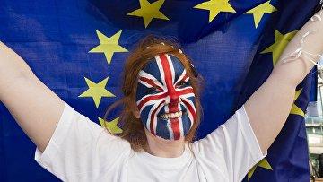 Сторонница членства Великобритании из Евросоюза у арены Уэмбли в Лондоне, перед началом телевизионных дебатов, посвященных референдуму. Архивное фото
