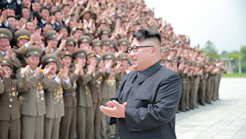 Лидер КНДР Ким Чен Ын с участниками запуска ракеты. 29 июня 2016