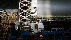 Рабочие в цехе космического научно-производственного центра имени Хруничева. Архивное фото