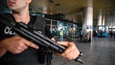 Сотрудник правоохранительных органов Турции месте теракта в аэропорту Стамбула. 29 июня 2016
