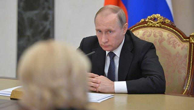 Президент России Владимир Путин проводит совещание с членами кабинета министров РФ в Кремле