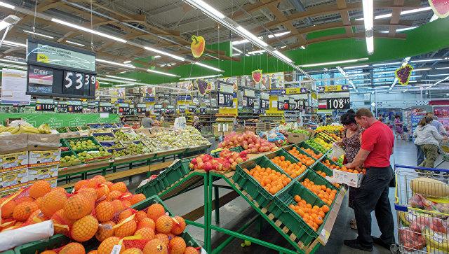 Gli amanti dello shopping in un supermercato.  foto d'archivio