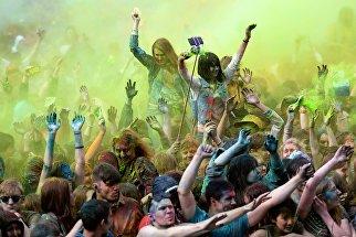 Участники индийского фестиваля красок Холи на стадионе Открытие Арена в Москве