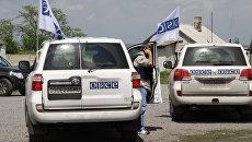 Автомобили представителей Специальной мониторинговой миссии (СММ) ОБСЕ на территории Докучаевска Донецкой области. Архивное фото
