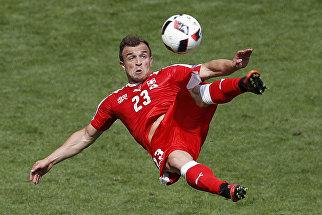Игрок сборной Швейцарии по футболу Джердан Шакири забивает гол в ворота сборной Польши на Евро-2016