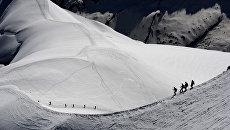 Альпинисты в горном массиве Монблан. Архивное фото