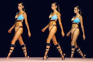 Модели во время показа на Swim Fashion Week в порту Коломбо. Шри-Ланка, 24 июня 2016