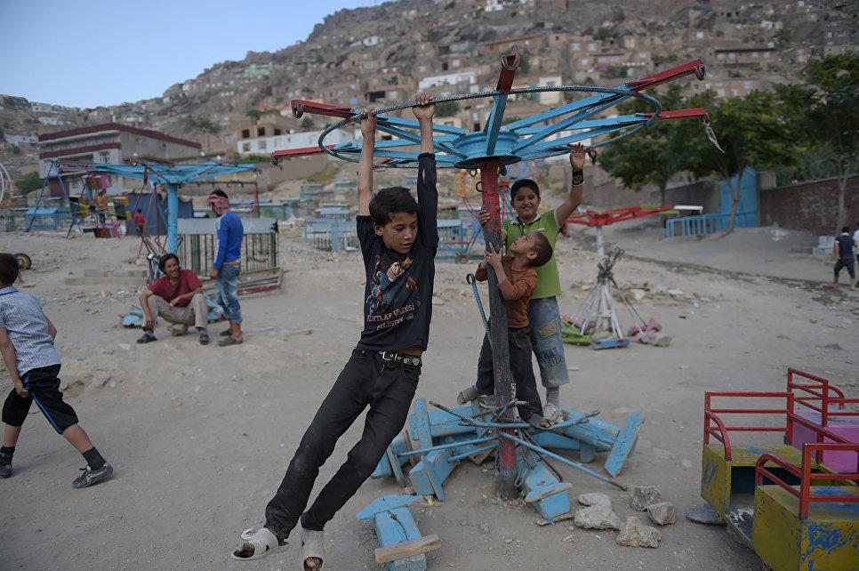 Ребята играют на детской площадке в Кабуле, Афганистан