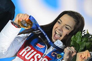 Аделина Сотникова, завоевавшая золотую медаль на соревнованиях по фигурному катанию в женском одиночном катании