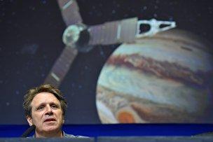 Руководитель миссии Juno Скотт Болтон выступает на пресс-конференции в Лаборатории реактивного движения в Пасадене, Калифорния, 30 июня 2016 года