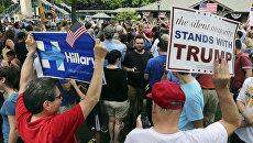 Избиратели с плакатами в поддержку кандидатов в президенты США Хиллари Клинтон и Дональда Трампа. 30 мая 2016 года