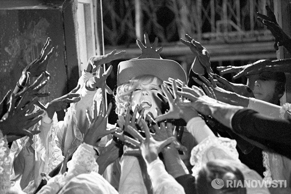 Людмила Гурченко в кадре из фильма-спектакля Волшебный фонарь