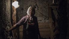 Местная жительница Лидия Некрасова прячется в подвале своего дома в Горловке