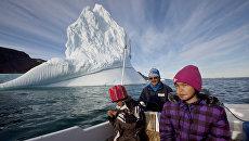Семья гренландских инуитов. Архивное фото