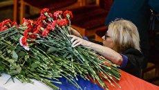 Женщина на гражданской панихиде по экипажу самолета Ил-76 МЧС России. Архивное фото