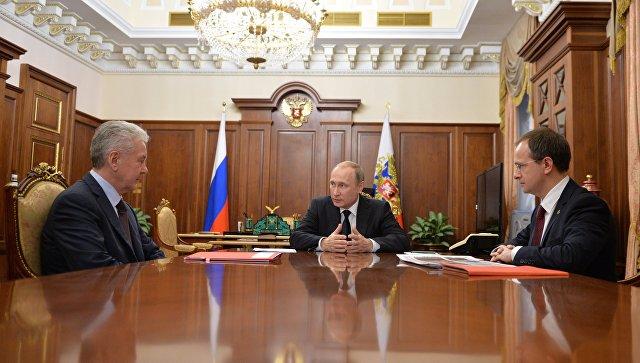 Президент РФ Владимир Путин проводит в Кремле рабочую встречу с мэром Москвы Сергеем Собяниным и министром культуры РФ Владимиром Мединским