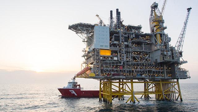 Нефтяная платформа и танкер в Северном море. Архивное фото