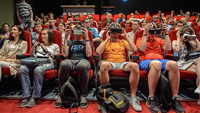 Зрители смотрят кино через очки виртуальной реальности