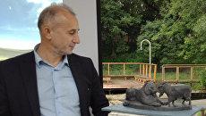 Директор Приморского сафари-парка Дмитрий Мезенцев у проекта памятника козлу Тимуру и тигру Амуру