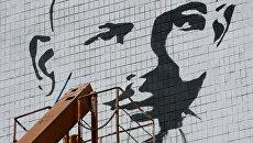 Граффити-портрет журналиста Олеся Бузины на стене одного из зданий Донецкого национального технического университета. Архивное фото