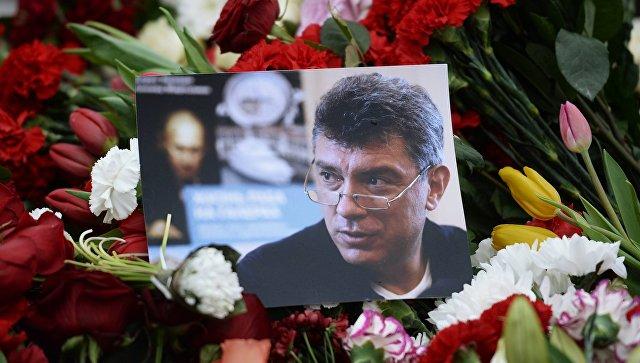Цветы на месте убийства политика Бориса Немцова. архивное фото