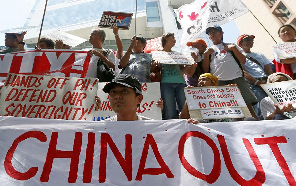 Протестующие возле китайского консульства в Макати