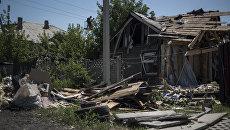Разрушенный дом после ночного обстрела в Петровском районе Донецкой области