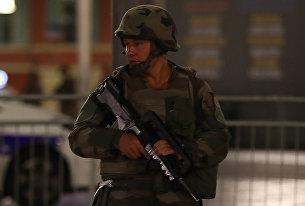 Солдат на месте нападения на толпу в Ницце. 15 июля 2016